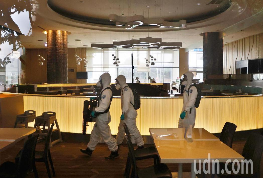 華航諾富特飯店在淨空16天後,化學兵群上午進入飯店內準備消毒。記者鄭超文/攝影