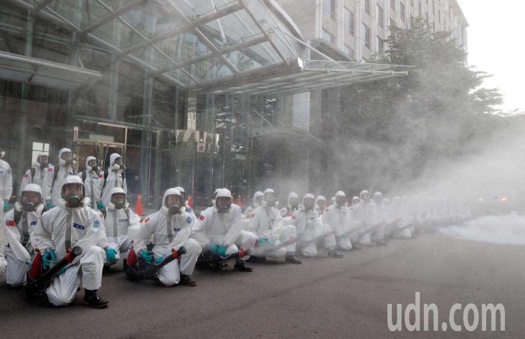華航諾富特飯店在淨空16天後,化學兵群上午使用氣霧式消毒器及背負式消毒器等機具進...