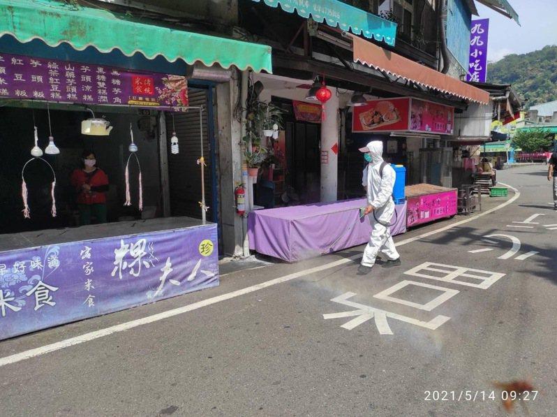 新竹縣環保局今天上午前往內灣老街進行全面大消毒,針對老街、車站及吊橋等處加強消毒作業。記者巫鴻瑋/翻攝