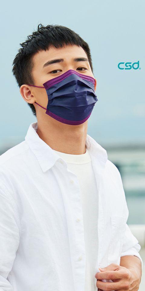 疫情升溫,CSD中衛針對去年9月推出的防疫新生活紀念包中,最受歡迎的「深丹寧+炫霓紫」口罩,宣布正式量產,5片入袋裝69元,30片盒裝260元。圖/中衛提供
