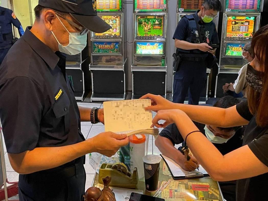 台南警方稽查阿公店、遊藝場有無遵守防疫規定。記者周宗禎/翻攝