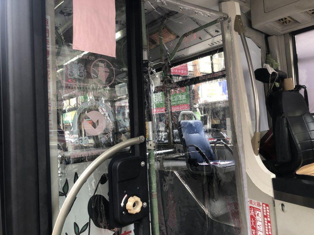 駕駛和乘客之間有透明塑膠簾區隔。記者鍾維軒/攝影