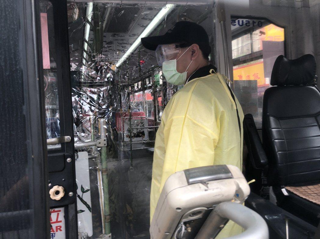 駕駛介紹車內防疫做為。記者鍾維軒/攝影
