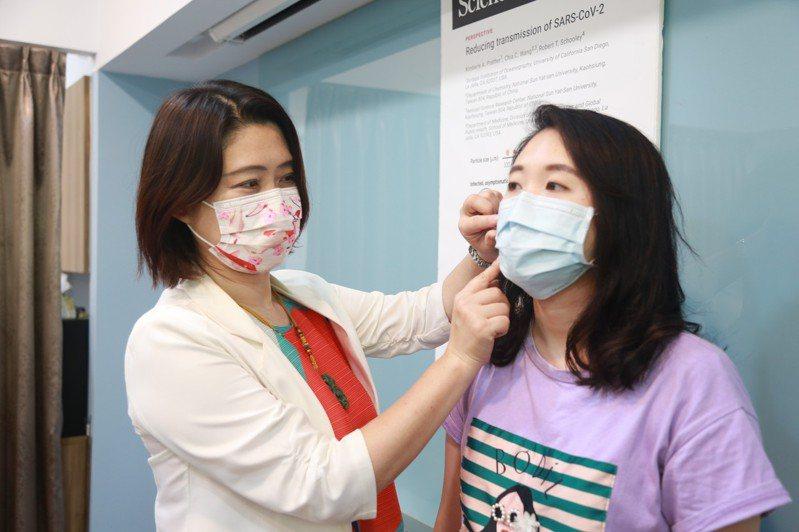 國立中山大學氣膠科學研究中心主任王家蓁提出警訊,當口罩的空隙增加1%時,對小於2.5微米的氣膠微粒的阻絕效率就下降一半,因此口罩務必要戴好、戴滿。圖/中山大學提供