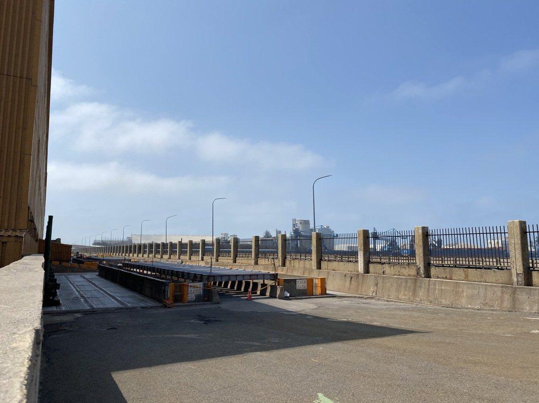 水利署在中火循環水取水口設置海水淡化設備今天完成裝機,進行日供1.5萬噸的機組測...