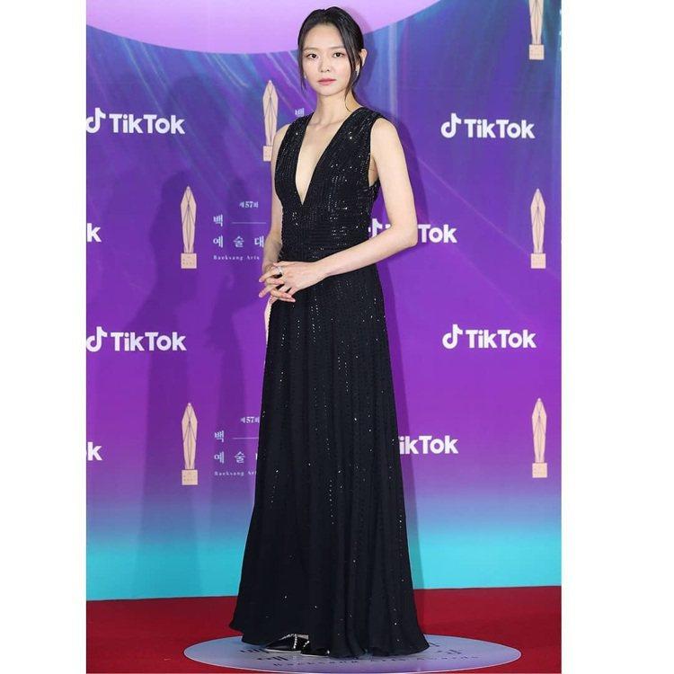 因話題韓劇《模範計程車》的聲勢水漲船高的李絮,也以黑色開中門的禮服出席紅毯。圖/...