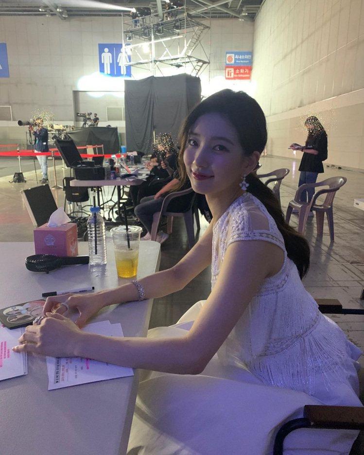 秀智在中場時換上美籍印度裔設計師品牌Naeem Khan白色晚裝。圖/取自IG