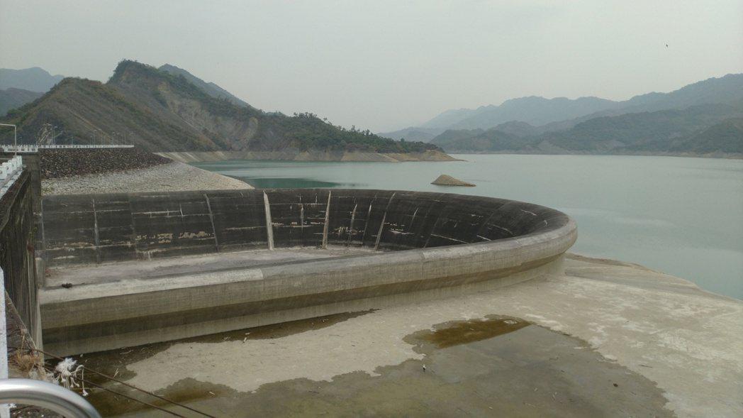 南化水庫水位直直落,全力管控出水,以撐過乾旱。記者吳淑玲/攝影