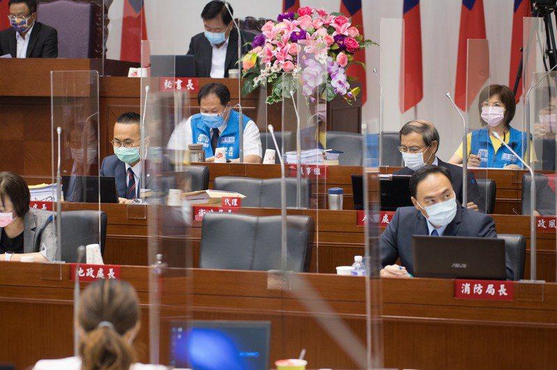 新竹市議會議事廳加裝防疫隔板,並採梅花座。圖/新竹市議會提供