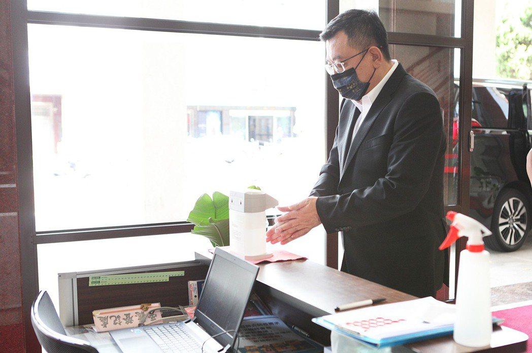 新竹市議會定期會開議,入場人員消毒雙手。圖/新竹市議會提供