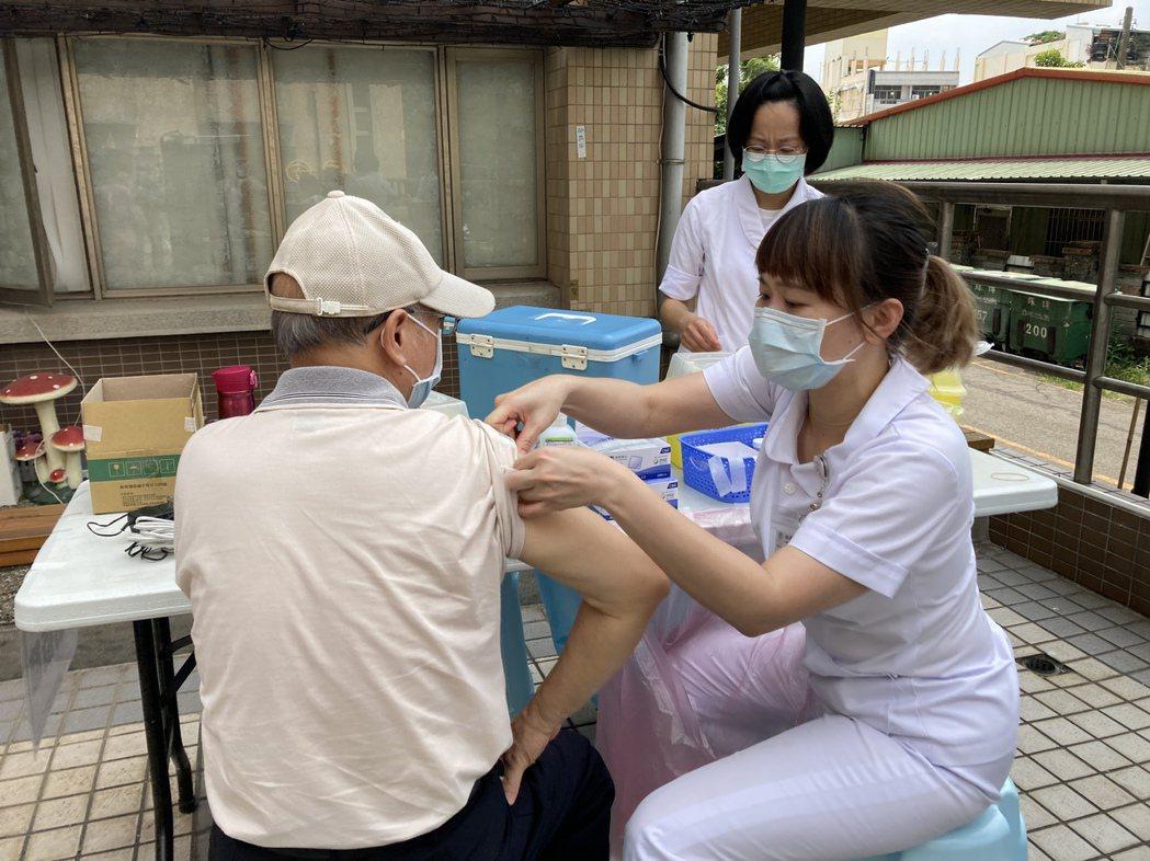 國內新冠疫情升溫後,南投醫院施打新冠疫苗人數增加。圖/南投醫院提供