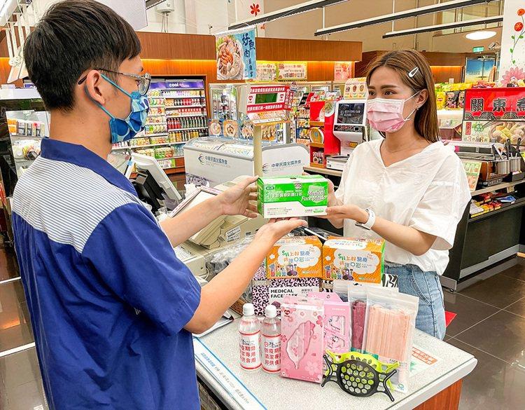 萊爾富門市現售多樣化的防疫商品,包括多款盒裝及袋裝的醫療口罩、防疫酒精、口罩支架...
