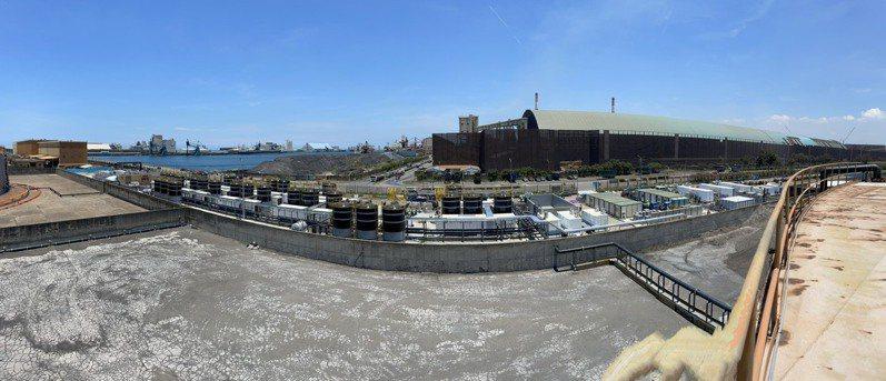 水利署在中火循環水取水口設置的海水淡化設備今天完成裝機,開始取海水(左側)測試運轉中,前側為清水送水槽,預計明起日供1.3萬噸。圖/水利署提供