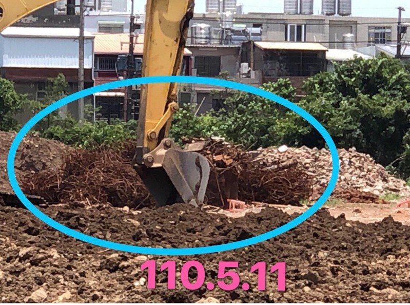 桃園市議員舒翠玲今在議會爆料,指欣榮鋼鐵股份有限公司廠址淨土作業疑偷工減料,地底還挖出不明鋼筋,汙染情況堪慮。圖/舒翠玲提供