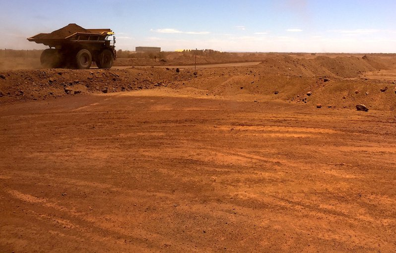 澳洲西岸一處鐵礦砂礦場,無人車正在作業,收集場內礦石。 路透
