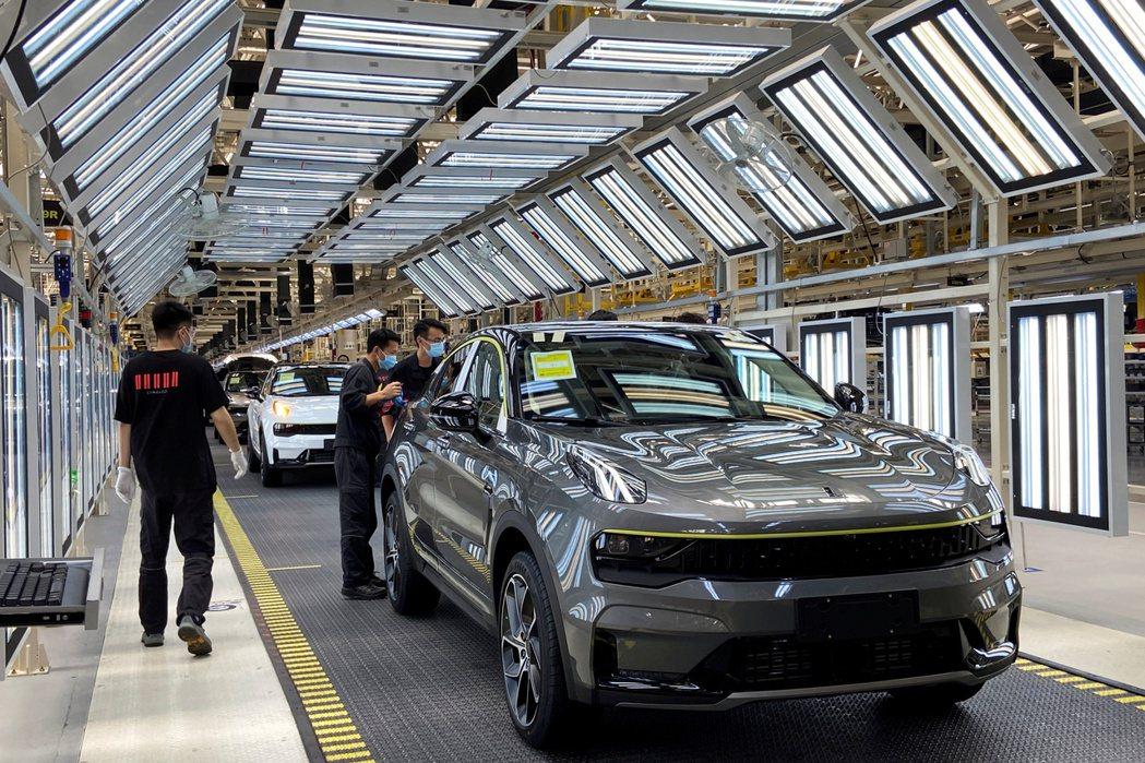 顧問業者AlixPartners預估,全球汽車業今年為車用晶片吃緊所付出的成本,...