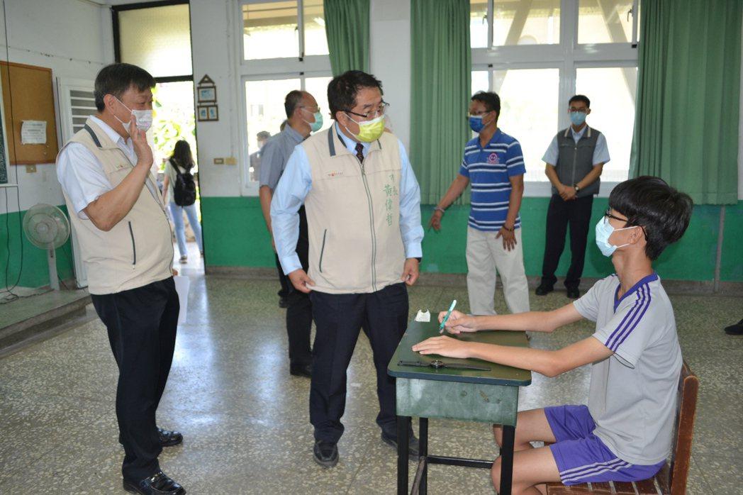 台南市長黃偉哲(中)今天下午到台南女中巡查國中會考防疫準備情形。記者鄭惠仁/攝影