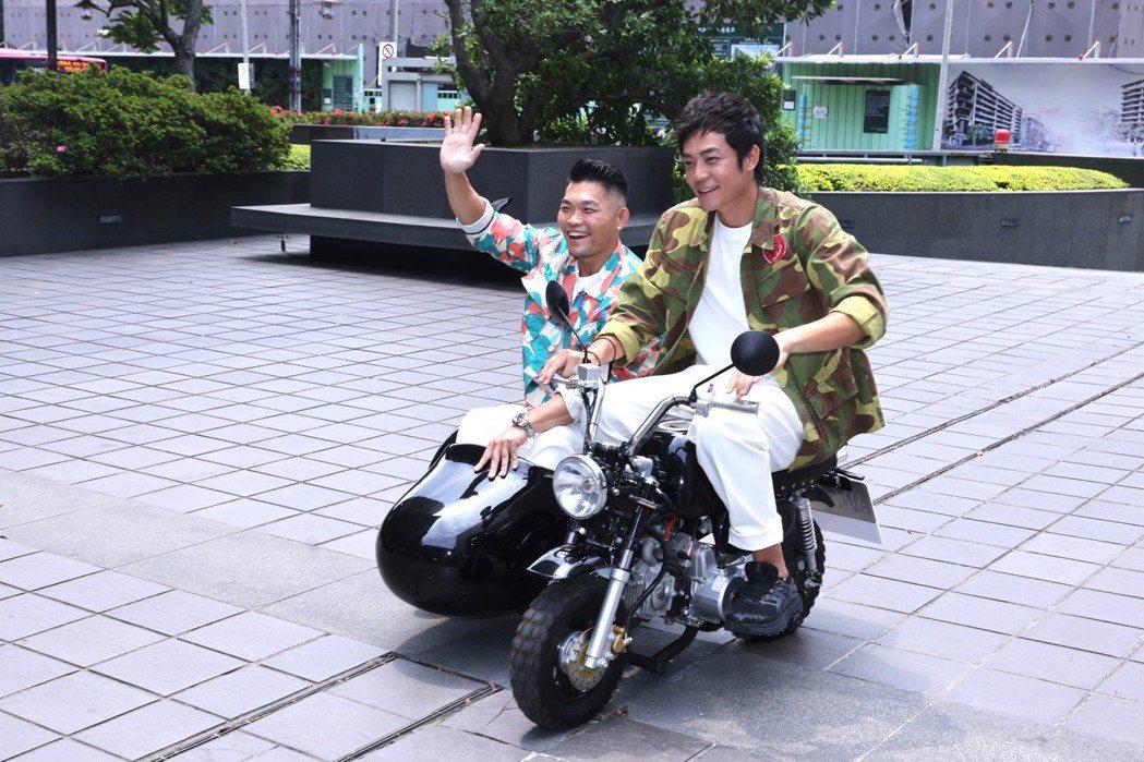 姚元浩騎著骨董摩托車載李玖哲現身記者會。記者王聰賢/攝影