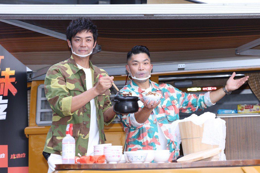 姚元浩跟李玖哲聯手端出滷肉飯。記者王聰賢/攝影