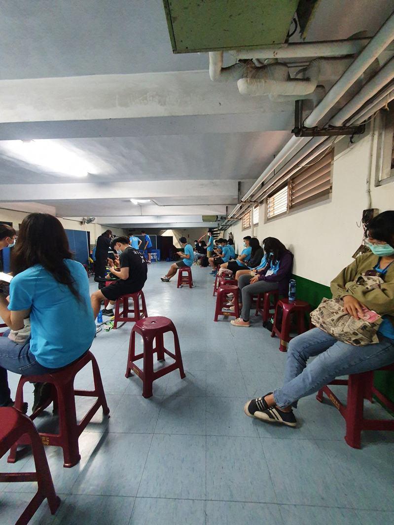有成大學生質疑,20多名學生擔任全大運志工,校方為了躲避稽查,將他們關在中正堂地下室。 圖/翻攝自臉書