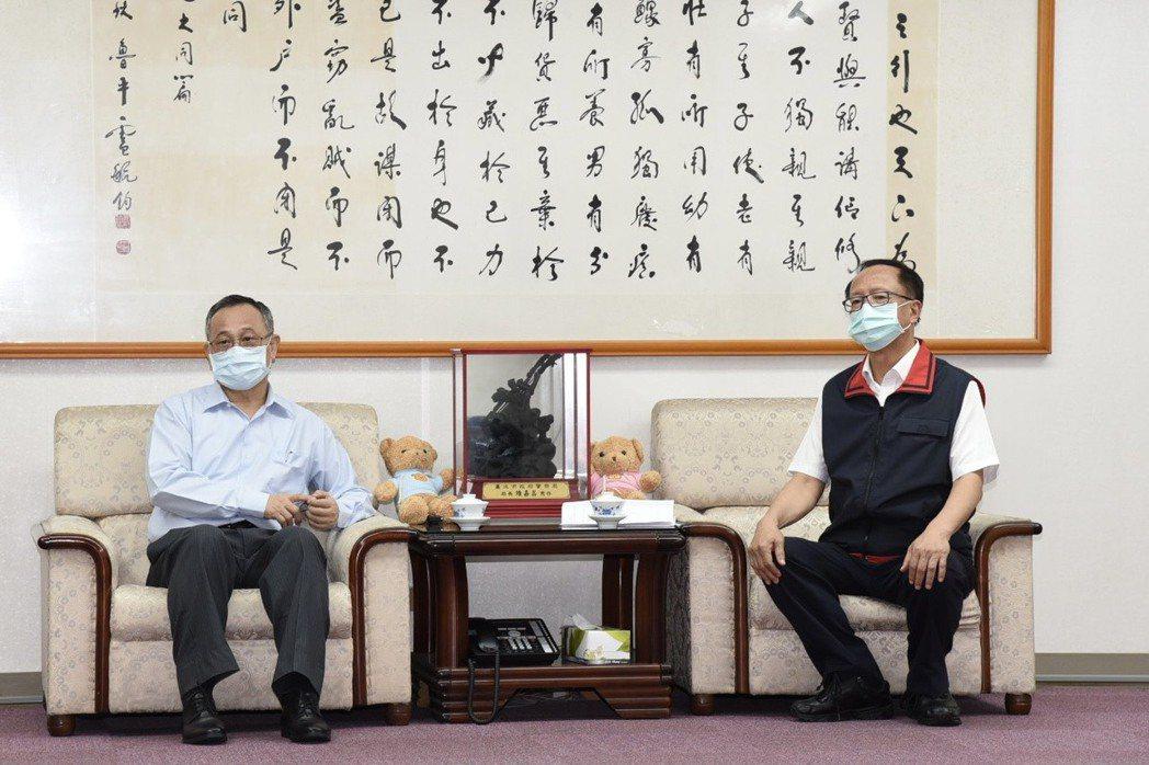 警政署長陳家欽(左)到台北市警局慰勤。圖/警方提供
