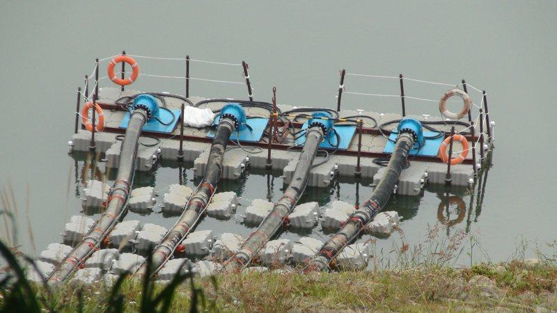 永和山水庫月前施設的浮台抽水設備因水位直直降,面臨管線長度不足無法抽水的危機。報系資料照