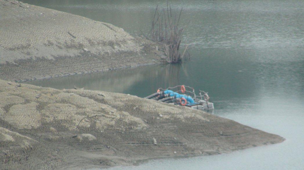 永和山水庫月前施設的浮台抽水設備因水位直直降,面臨管線長度不足無法抽水的危機。報...