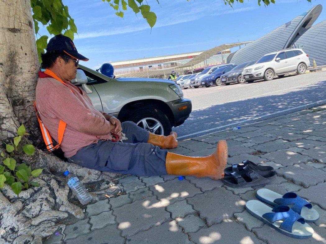 戶外工人中午在樹蔭下乘涼休息。記者陳弘逸/攝影