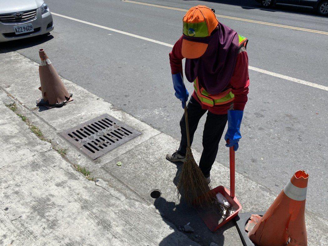 清潔人員包緊緊,在烈日下工作。記者陳弘逸/攝影
