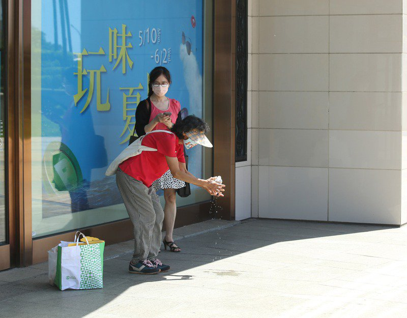 高溫氣候,民眾找陰涼處乘涼。記者劉學聖/攝影