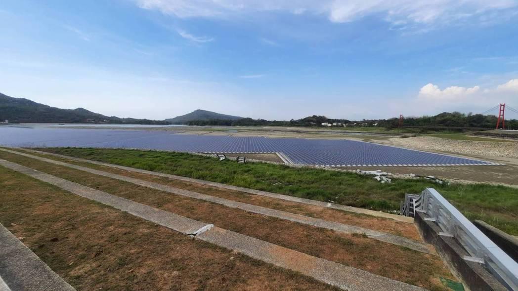 高雄阿公店水庫目前正進行「空庫防淤」,水庫水源仍有72萬噸,邊坡有架設太陽能板。...