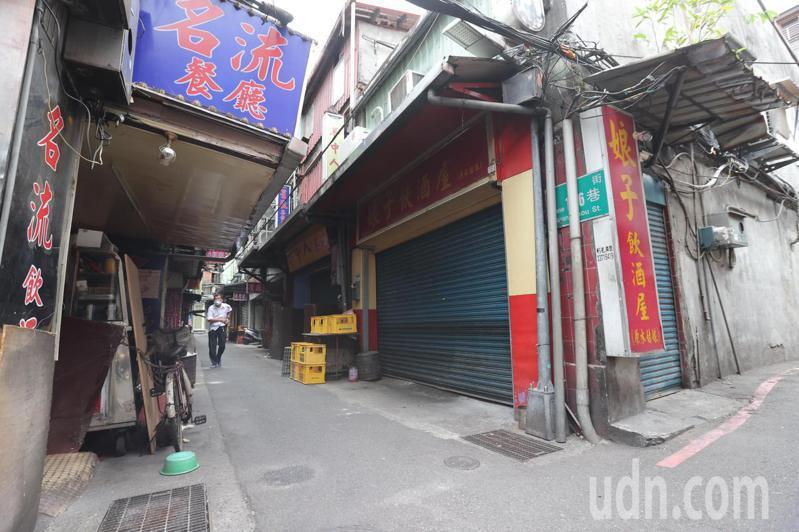 本土病例破表,萬華飲酒場、茶藝館紛紛拉下鐵門,整條街猶如死城。記者許正宏/攝影