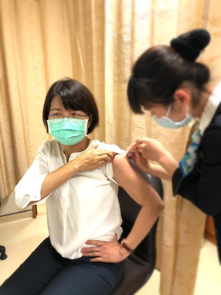 民進黨立委黃秀芳前天至醫院接種疫苗。圖/翻攝自黃秀芳臉書