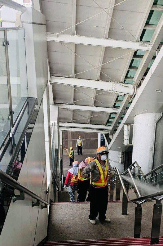 疫情升溫,高雄市環保局即日起至5月16日持續加強全市各交通場站、機關學校、旅館、...