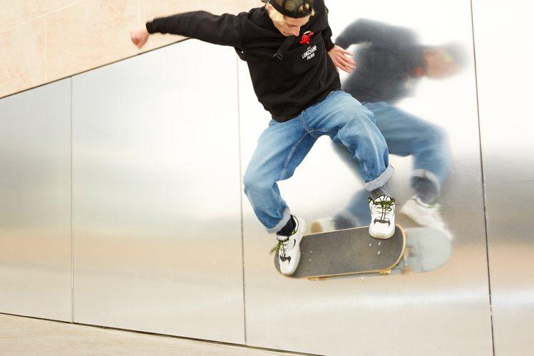 滑板玩家Arthur Giat詮釋Longchamp x EU系列。圖/LONG...