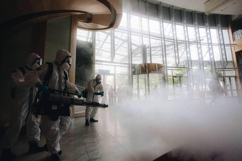 官兵針對諾富特飯店大廳進行消毒。圖/取自軍聞社