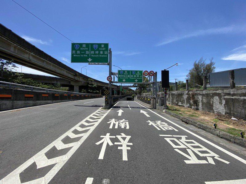 高雄「楠梓百慕達」動線複雜,經常有騎士迷路、誤入車道。記者陳弘逸/攝影
