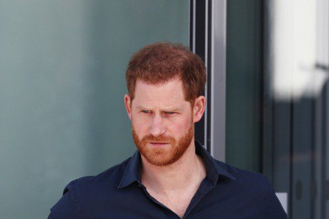 英國哈利王子才因為和妻子梅根接受歐普拉電視專訪,批評皇室內部有人種族歧視又放假消息破壞梅根形象,讓皇室上下憤怒不已,卻在舊傷未癒合之際又添新的瘡疤。他日前在美國參加男星戴克斯薛普的podcast節目...
