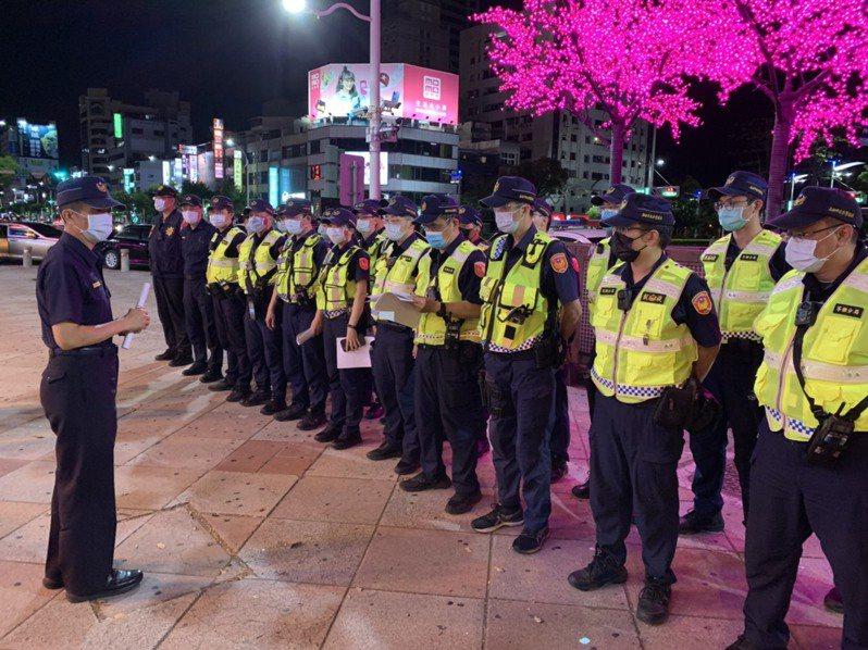高雄警方今晚再度動員臨檢舞廳等特種營業場所。記者林保光/翻攝