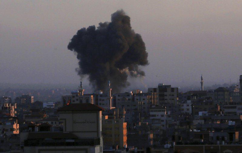 以色列軍方空襲中巴勒斯坦武裝組織哈瑪斯(Hamas)在加薩走廊政治支翼的領袖辛瓦住家。圖/美聯社