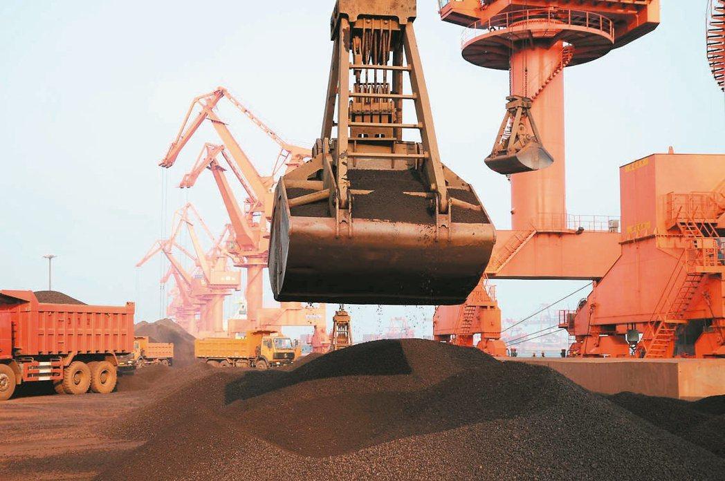 大陸官方整治炒作行為,黑色系期貨應聲重挫。圖為青島港裝卸鐵礦砂。(本報系資料庫)