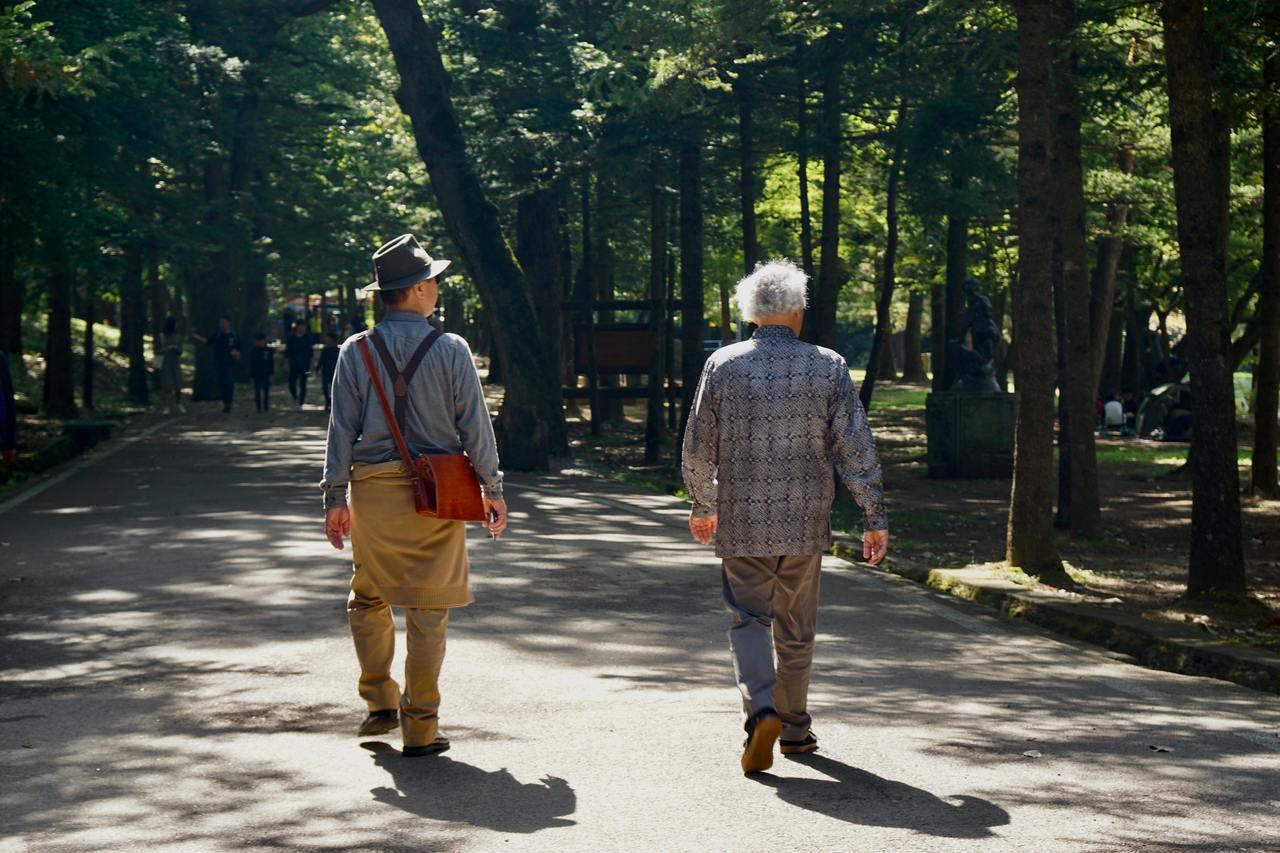中老年人別忘了老伴、老本和老友很重要。圖/unsplash