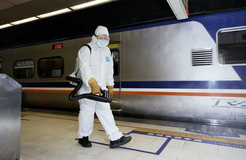 有確診者從板橋車站搭車,上午相關人員在板橋車站加強消毒。記者曾原信/攝影