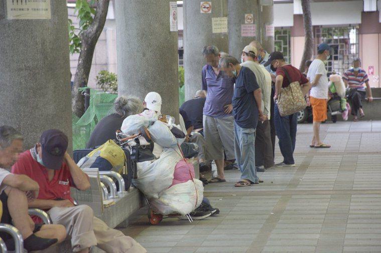 艋舺公園內仍有少數民眾未佩戴口罩。記者鍾維軒/攝影