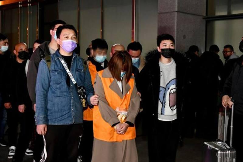 上海一間名為「茶芝蘭」的奶茶店早前曾屢大排長龍,令人以為是又一網紅店,詎料另有玄機。原來,該店為了吸引加盟商,竟每天僱傭100人在店前扮演消費者虛假排隊,以虛假繁榮騙取加盟費。圖為詐騙案中多人被捕。(上觀新聞)