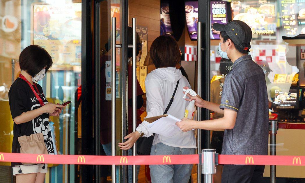 雙北地區即日起疫情警戒升至第三級,麥當勞即日起限時停止內用、外帶服務。記者季相儒...