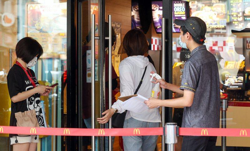 雙北地區即日起疫情警戒升至第三級,麥當勞即日起限時停止內用、外帶服務。記者季相儒/攝影