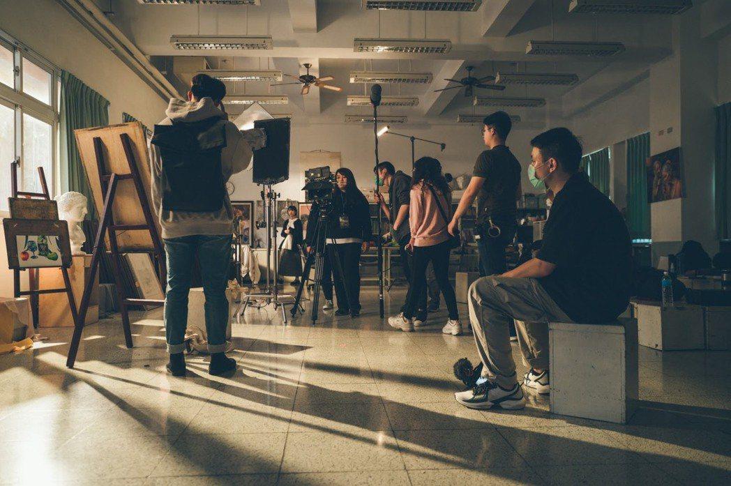 「寂靜之戀」拍攝劇組照,現場以唯美的燈光精巧的捕捉主角的戲劇張力。 文藻外大/提...