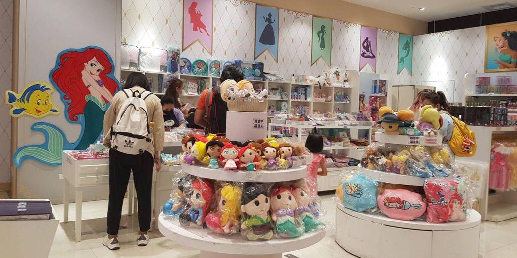「迪士尼公主嘉年華」期間限定店推出超過40款全新周邊商品。 李福忠/攝影