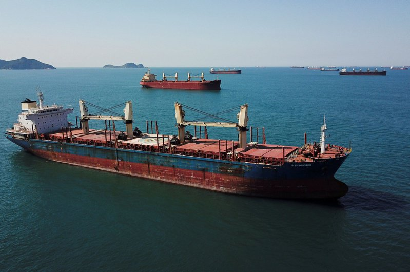 全球散裝船航運費率飆升,寫下逾十年來新高紀錄,且今年運價可望續揚。路透 路透